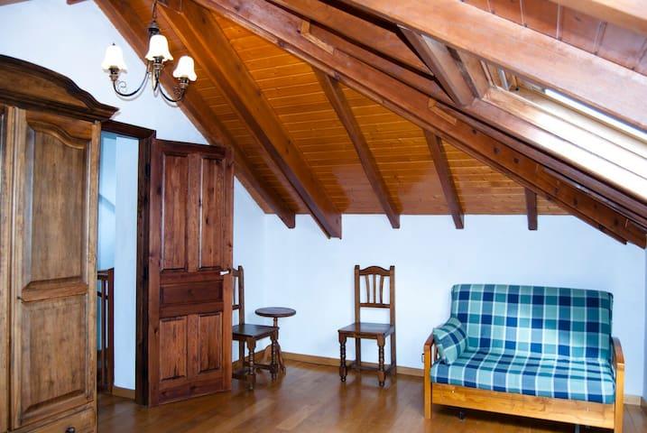 Sofás, sillas y mesas en las habitaciones.