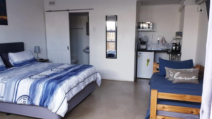 Modern & Safe. Aircon.. 5min from Umhlanga beach