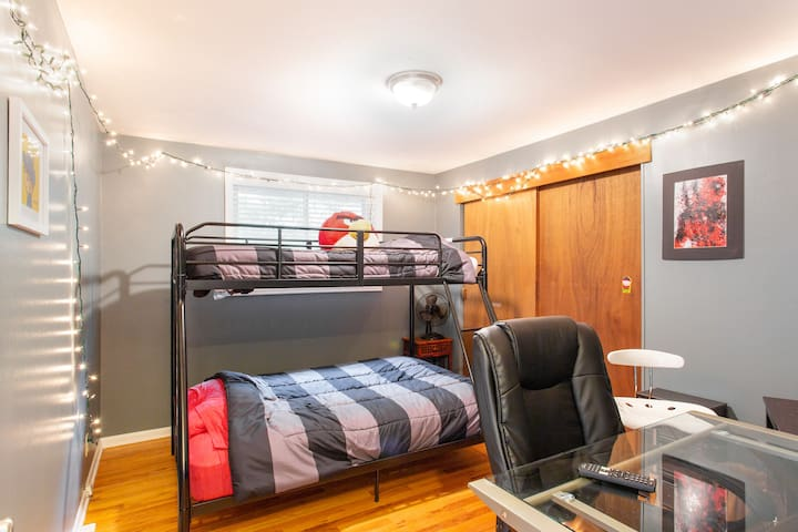 3rd bedroom: kids love this house!
