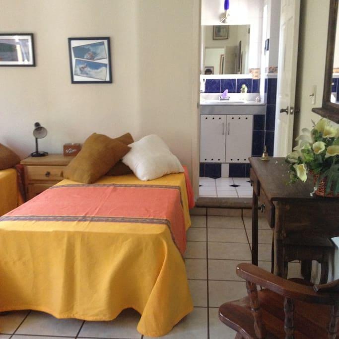 baño privado dos camas individuales