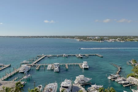Huge Lux Condo with Panoramic Views, Pool & Gym!