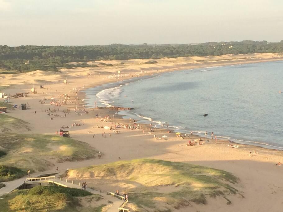 Vista de la Playa Brava desde arriba del faro. A 200 metros de la casa.