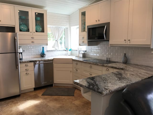Charming private  Casita minutes to Old Town
