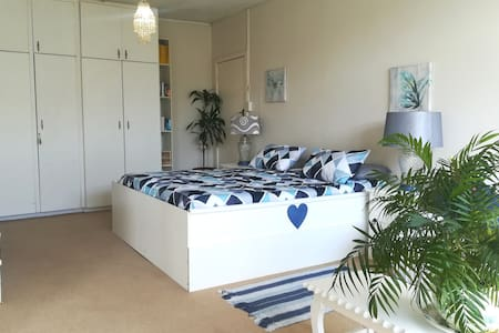 *The Good Life @ No.11 Cathcart Rd, with King Bed*