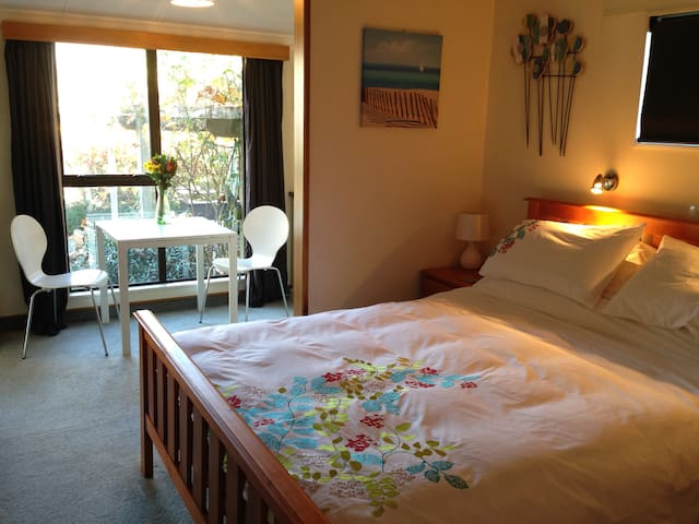 Cosy ensuite with breakfast at Featherwood Cottage - Greytown - Bed & Breakfast