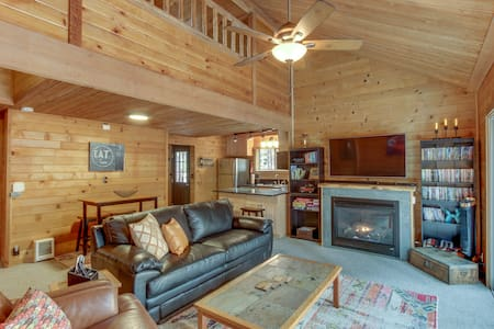 Cozy home w/ deck, private hot tub, shared pools, saunas, & golf - dogs OK!
