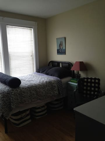 great room  very close to Boston and Cambridge - Newton