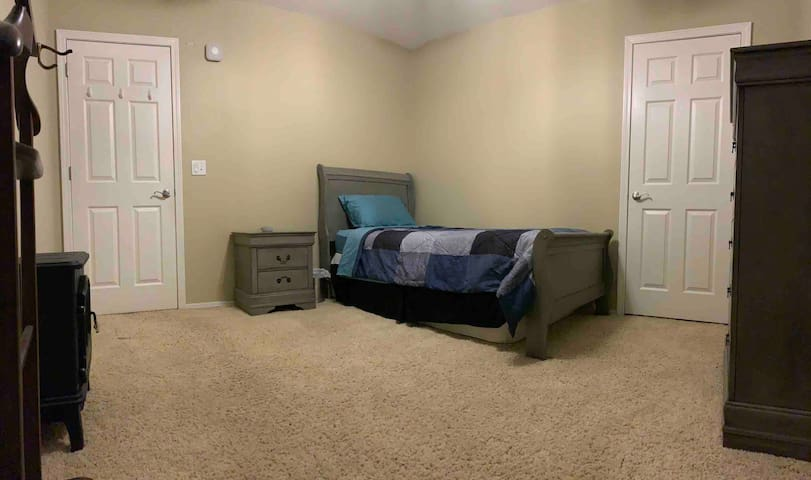 Cozy twin bed in quiet neighborhood by expressway