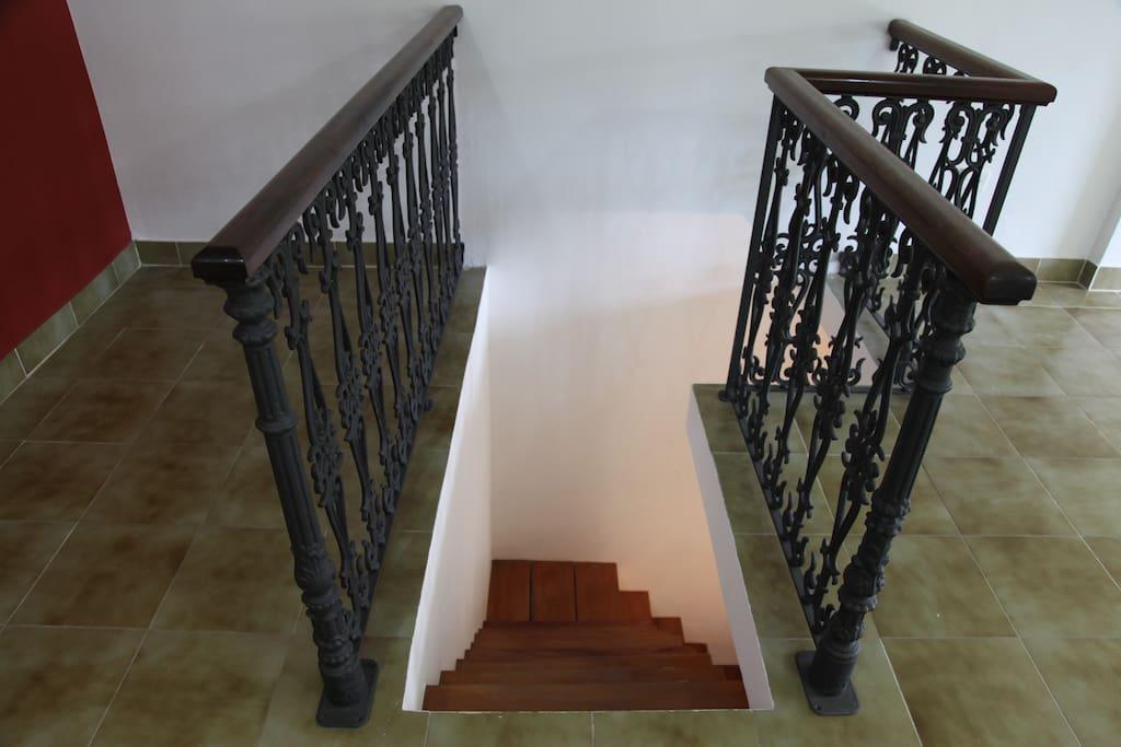 escada que leva da sala ao andar inferior