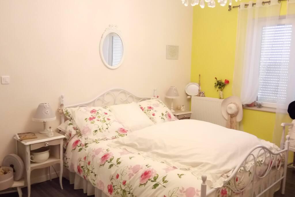 Chambre de 16 M2 avec literie en 160. TV et Wifi gratuite