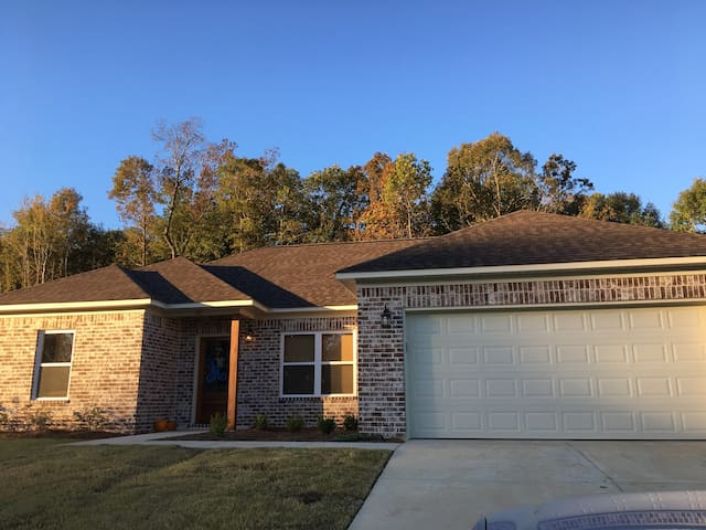 Charming Home 8 Miles from Oxford and Ole Miss!
