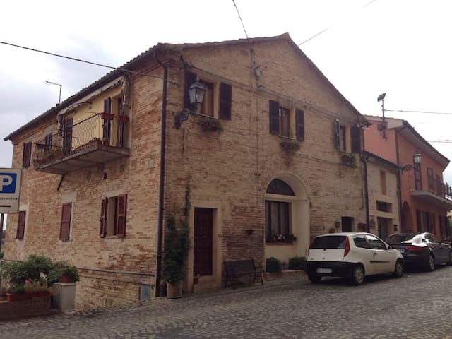 LOFT IN THE OLD TOWN WITH OWN ENTRANCE - Offagna - Casa