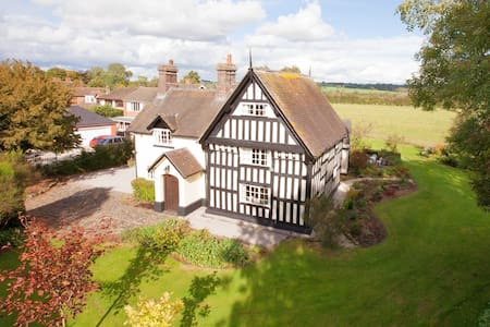 Our Charming 16th C English Cottage - Staffordshire - House
