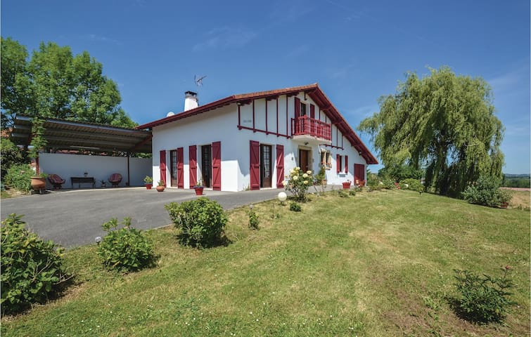 Holiday cottage with 4 bedrooms on 110 m² in Béguios