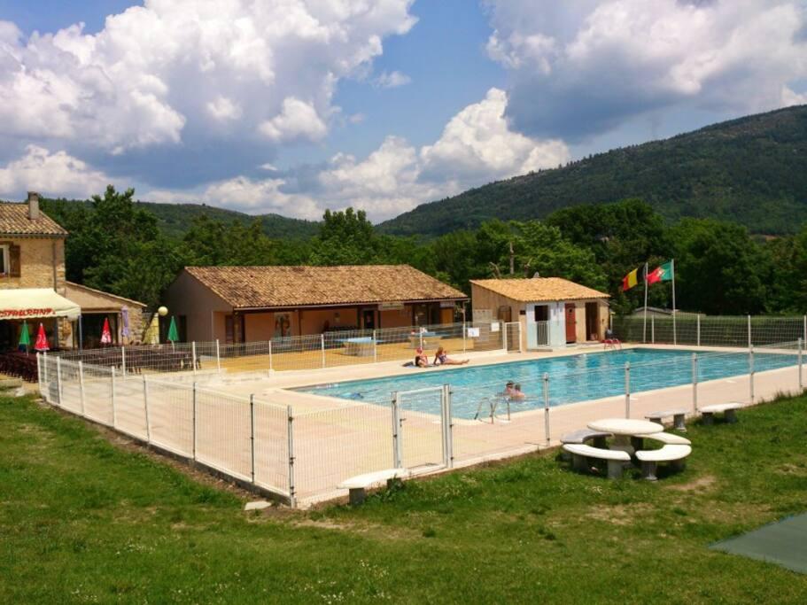 Profitez de la piscine dans un cadre calme et verdoyant