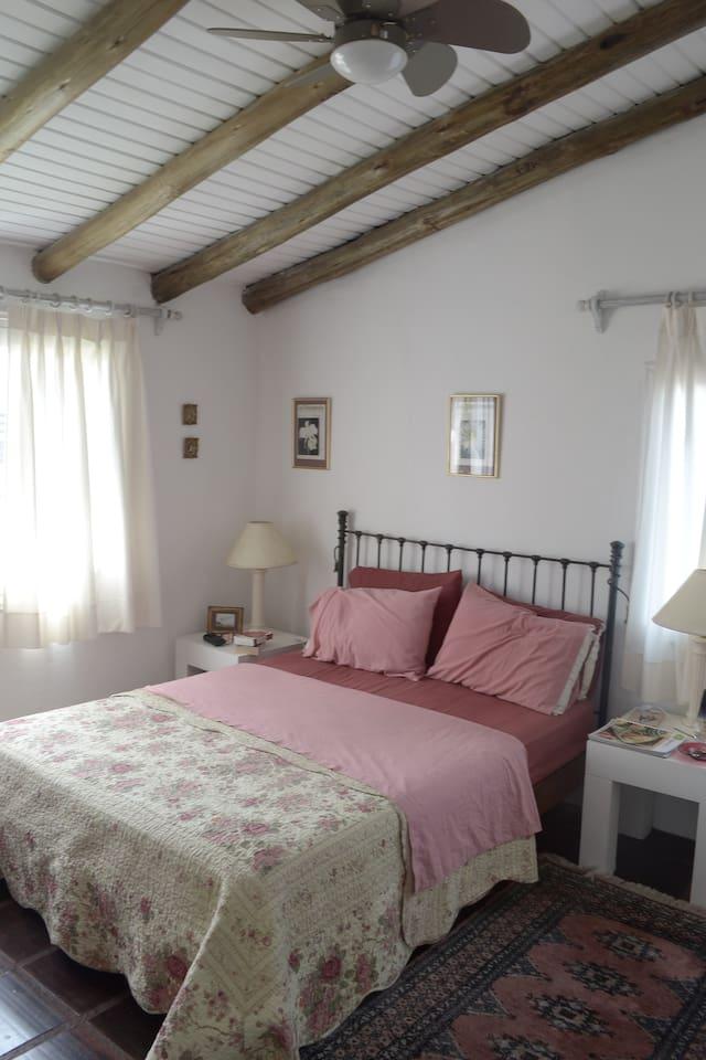 Dormitorio principal, bien iuminado, ventilado y con aire acondicionado