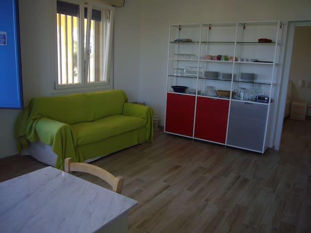 La casa, di recente ristrutturazione, offre stanze ampie e luminose, dalle splendide rifiniture