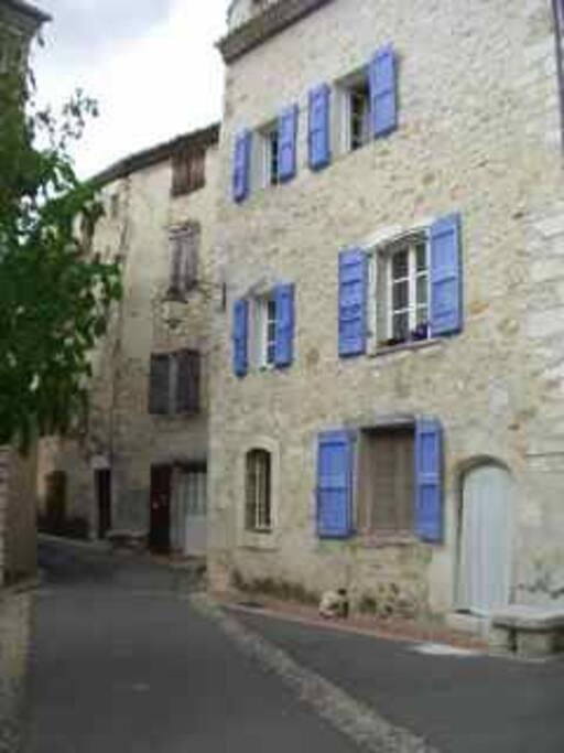 avec la maison d'a coté- with the house next door