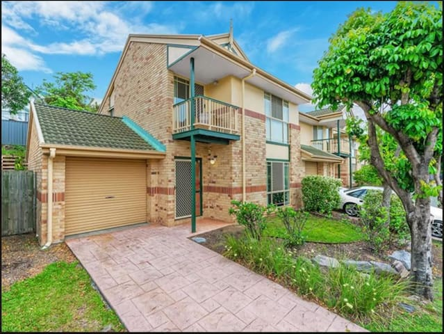 Modern and clean double bedroom, access to pool! - Morningside - Townhouse