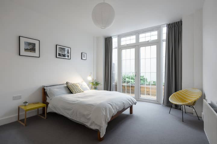 Large Sunny Studio in the Heart of East London
