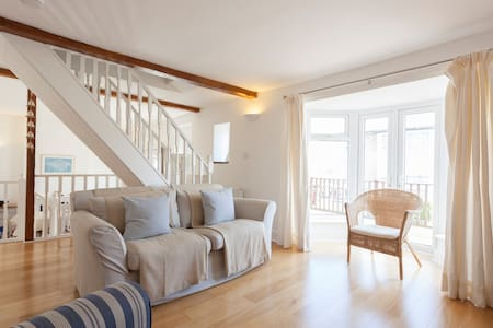 Seaward is our holiday home lovingly renovated to a high standard and all mod-cons provided. Centrally located a pleasant 10 minute walk to the beautiful beach and town centre of Ventnor, the house comfortably sleeps 6 in three good sized bedrooms.