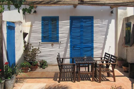 Stylish art cottage near the beach - Marzameni - Sommerhus/hytte