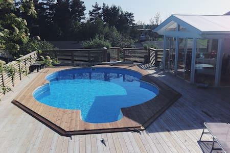 Ett trevligt hus med vacker pool! - Vallentuna