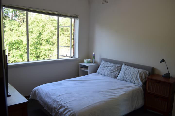 Private Room/1 min to train station/North or City