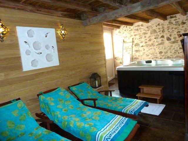 La Petite  Maison, Jacuzzi et Sauna - Roussines