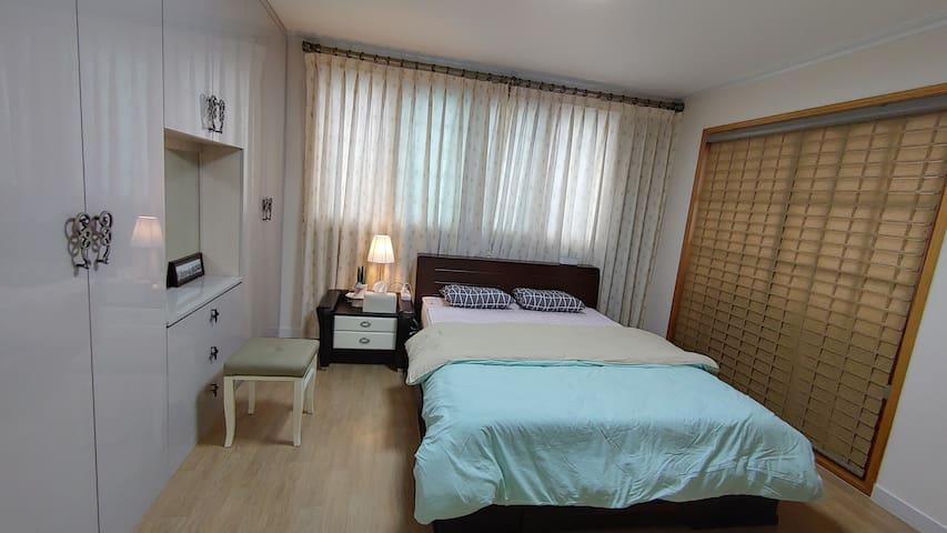 침실1  퀸싸이즈 침대와 화장대. 화장실 있습니다.