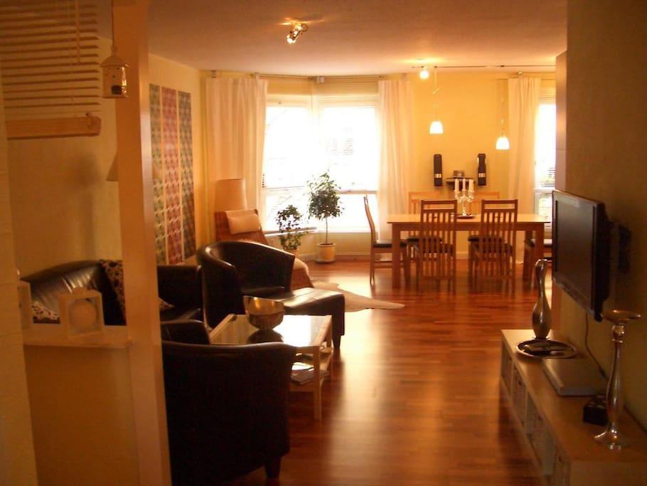 großes Wohnzimmer mit offener Küche