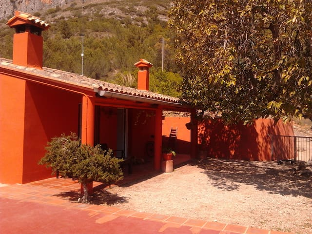Casa en la montaña con piscina en Alzira