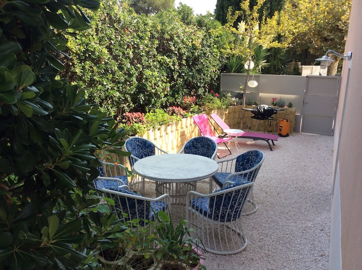 Apartment with private garden 100m from the beach