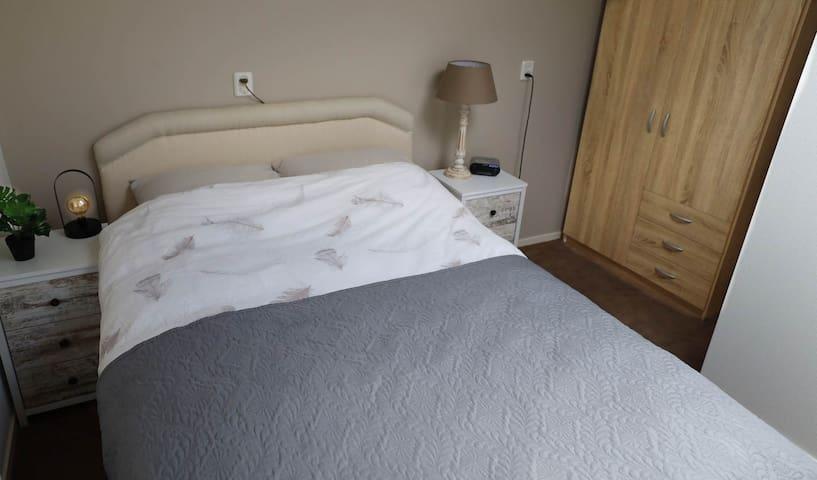 Slaapkamer met 2-persoonsbed (boxspring)