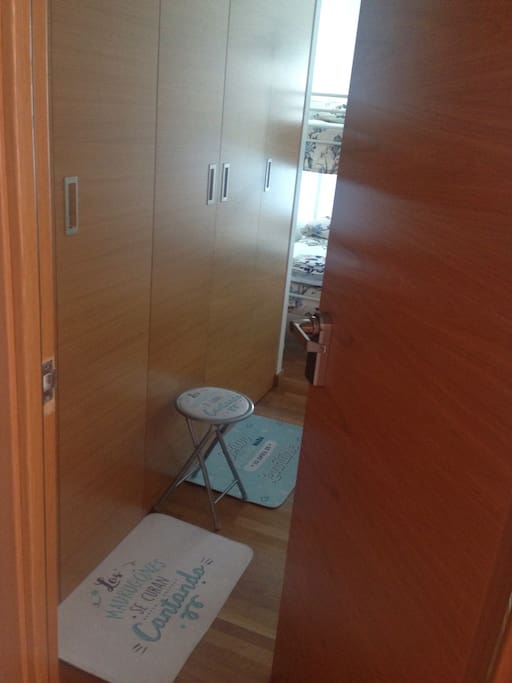 Puerta entrada con llave tarjeta o código de fondo armario empotrado.