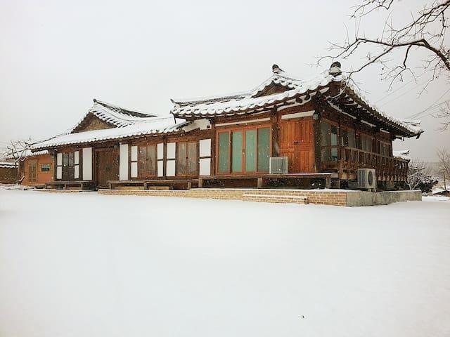 1.은혜당 은혜실  2인실   명품고택  사진을 왼쪽 밀어보세요 - Chuksan-myeon, Yeongdeog - Casa