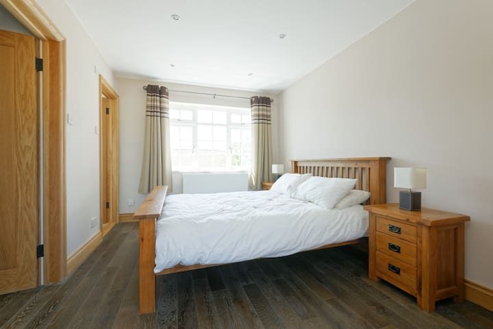 """""""Perfect accommodation"""" - King bedroom & en suite"""