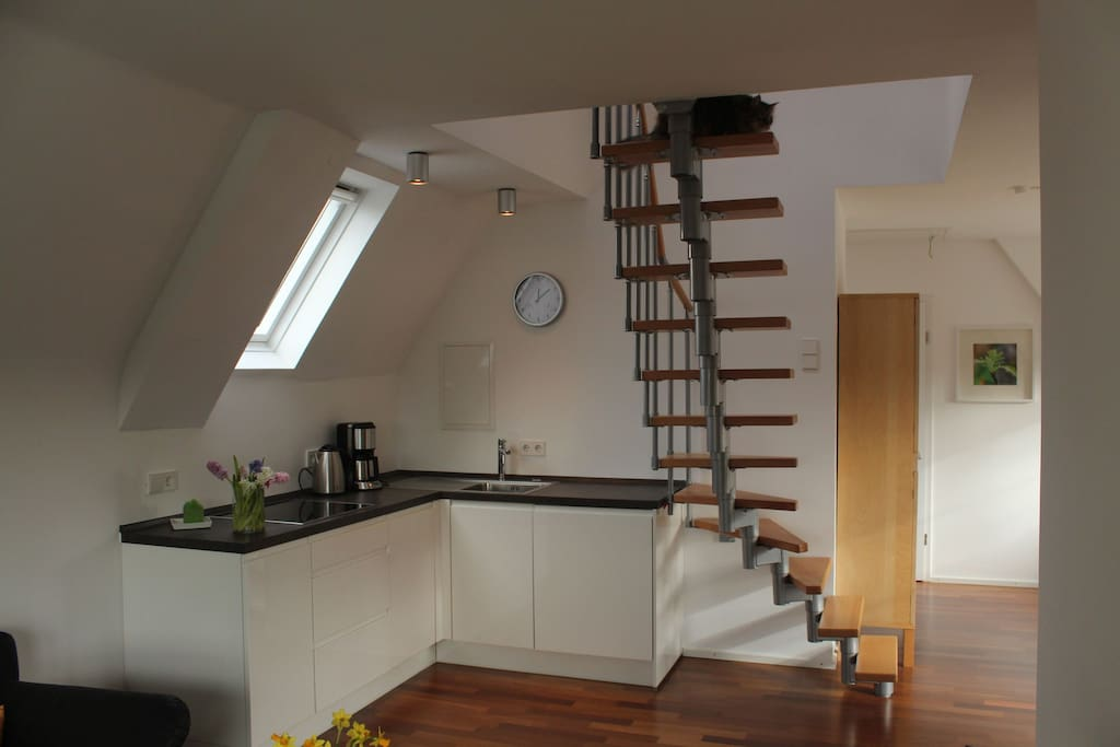 Küchenbereich mit Treppe zum Studio