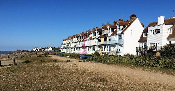 Beachfront Retreat With Panoramic Views Of The Bay