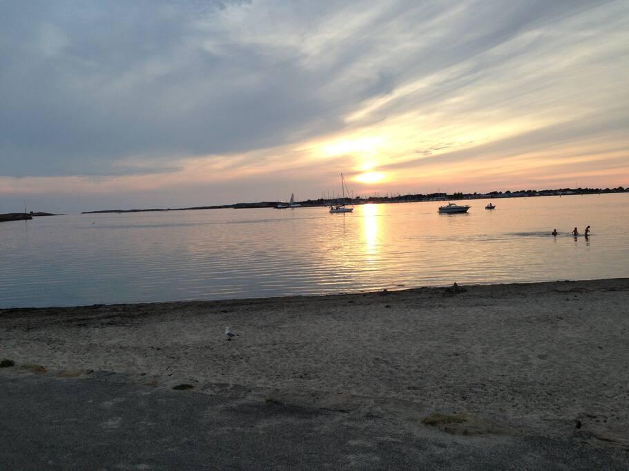 Strandpromenaden kvällstid. Här finns goda möjligheter till bad både dag, kväll och natt.