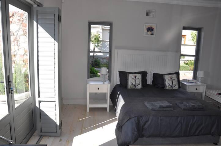 Second bedroom (En suite with patio door)