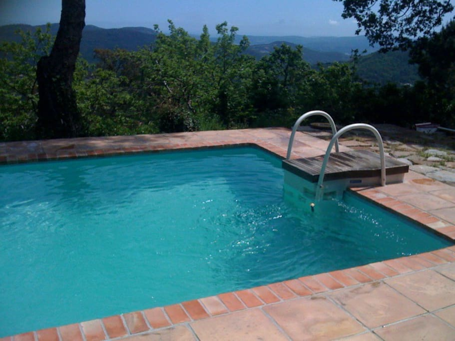 Mas proven al la garde freinet houses for rent in la for A la piscine translation