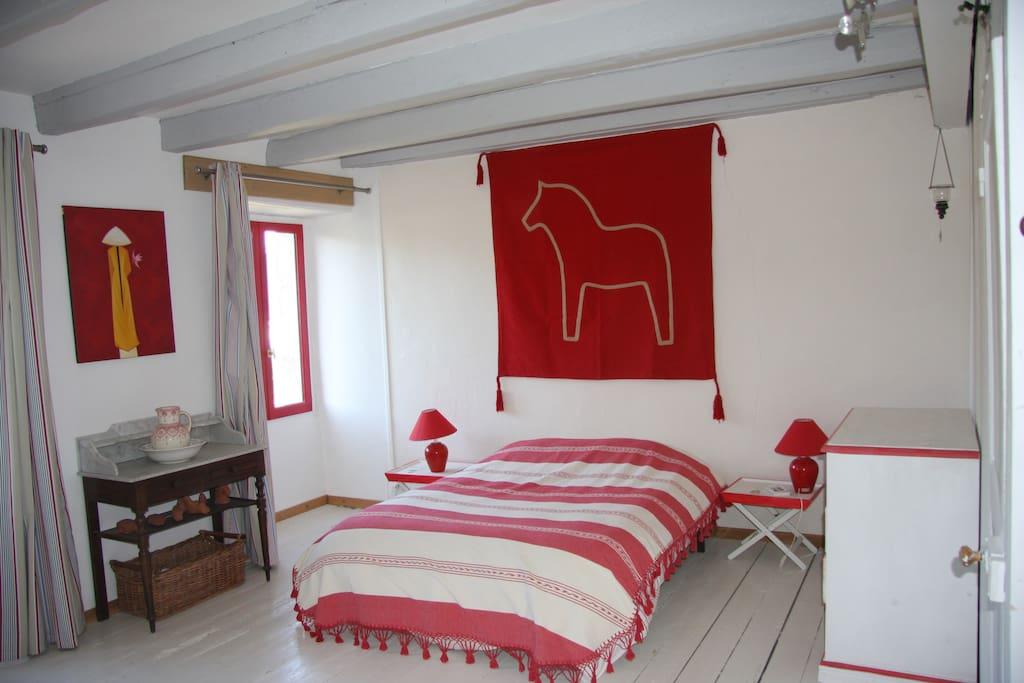 chambre lit double + lit enfant et lavabo