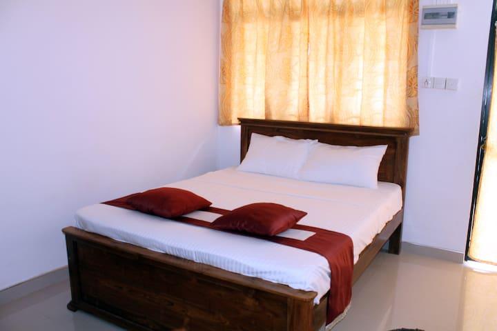 Elliot Stranded Room