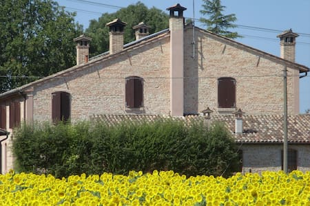 Bedrooms in wonderful farmhouse - Ravenna - Penzion (B&B)