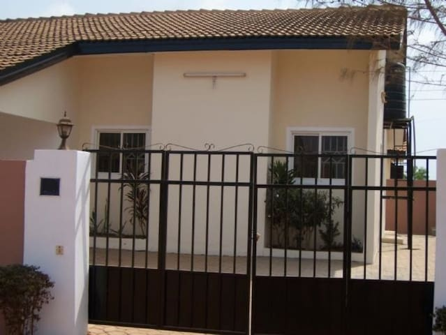 A private room in a gated community - Accra - Huis