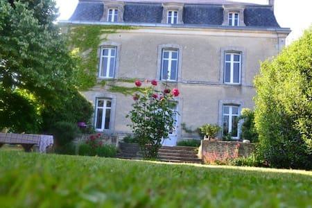Maison de maître et dépendances. - Saint-Cybardeaux - Huis