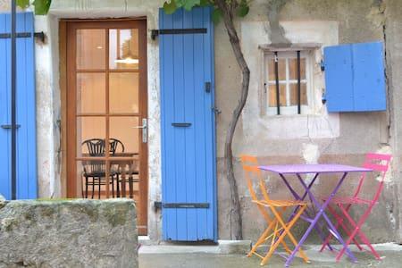 Gite coloré et convivial pour 6 personnes - Uzer - Rumah