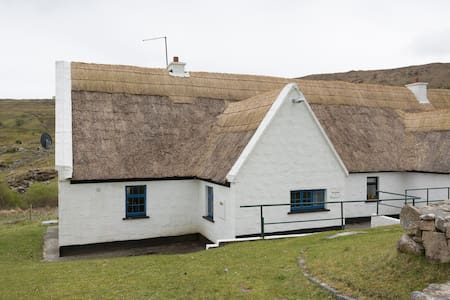 Traditional thatched cottage - Oughterard - Rumah