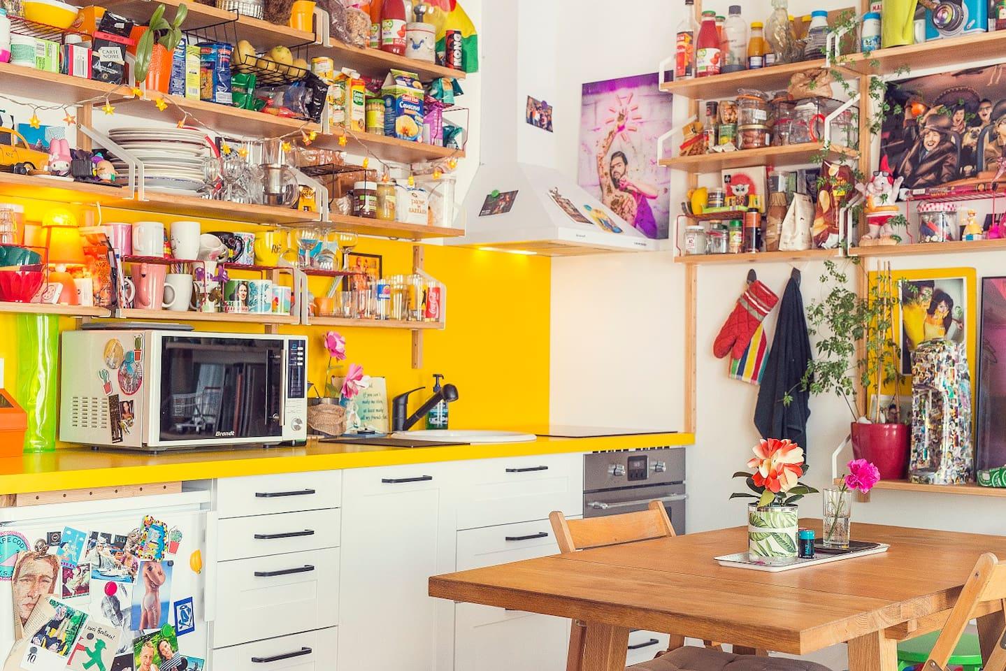 La cuisine équipée et colorée